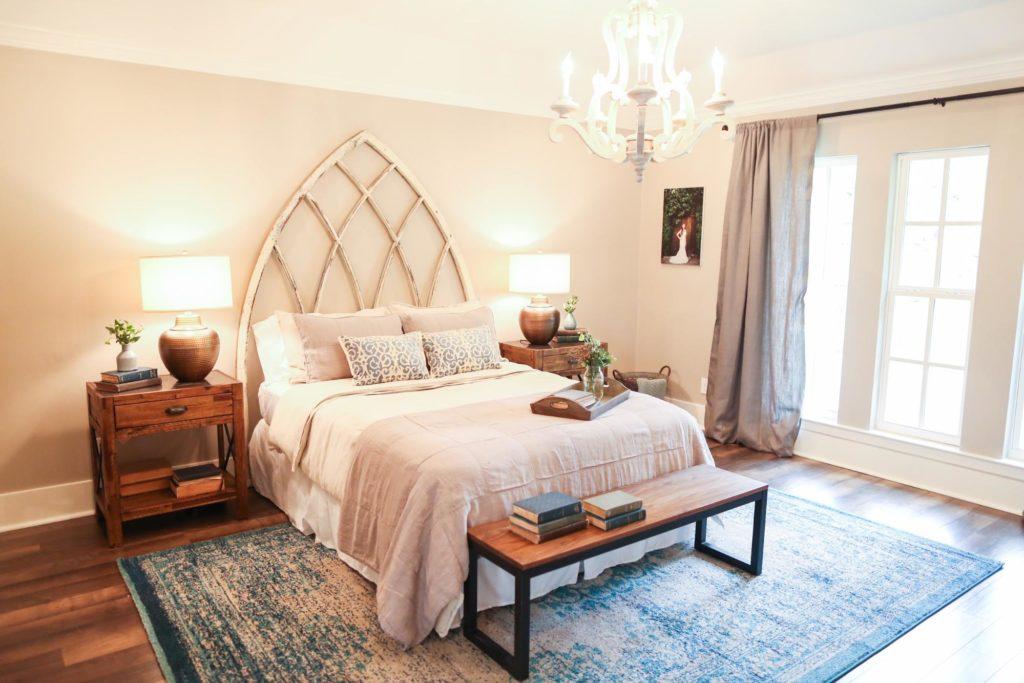 stare-okno-ako-dekoracia-spalne-netradicne-celo-postele