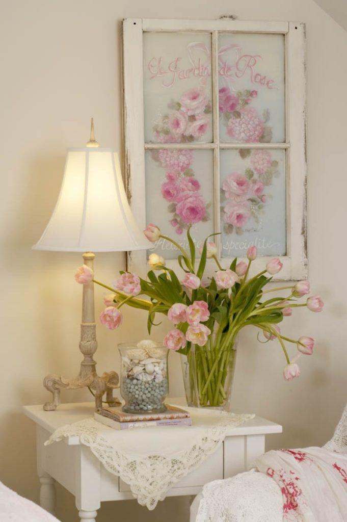 stare-okna-ako-ozdoba-na-stene-spolu-s-obrazom-v-romantickom-interieri