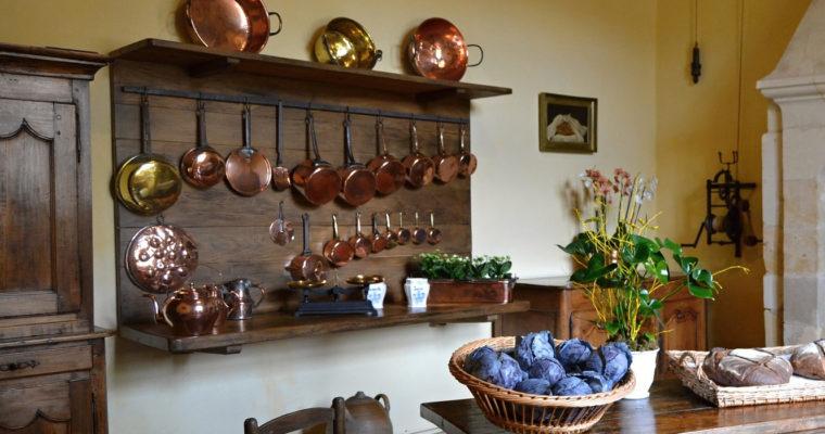 Závesné systémy v kuchyni pomôžu vyriešiť nedostatok miesta