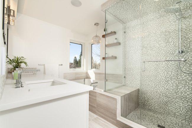 Rekonštruujete kúpeľňu a vyberáte nové vybavenie? Prečítajte si, ktoré kúpeľňové výrobky vám ušetria v budúcnosti ďalšie náklady.