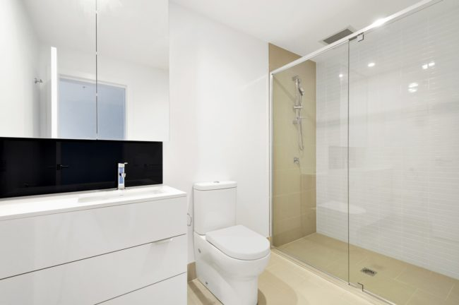 Bezdverový sprchový kút walk-in splynie s interiérom kúpeľne