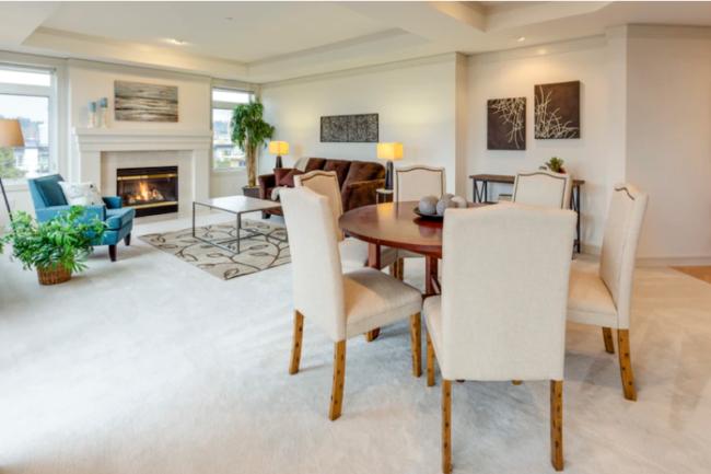 Obývacia izba a jedáleň v moderne vybavenom byte