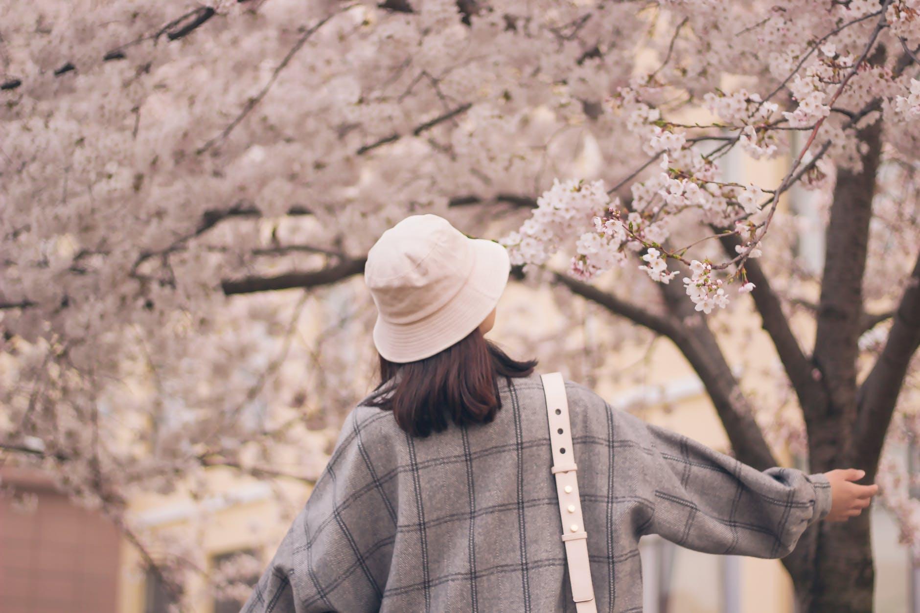 žena_jar_rozviknute_stromy