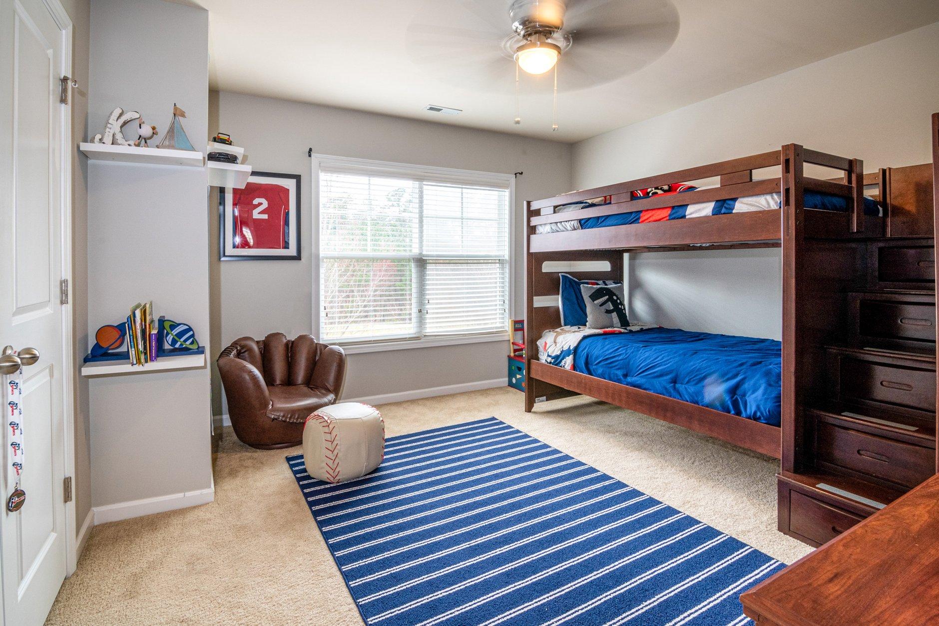 poschova-postel-s-drevenym-ramom-v-detskej-izbe-modry-koberec-velkeokno