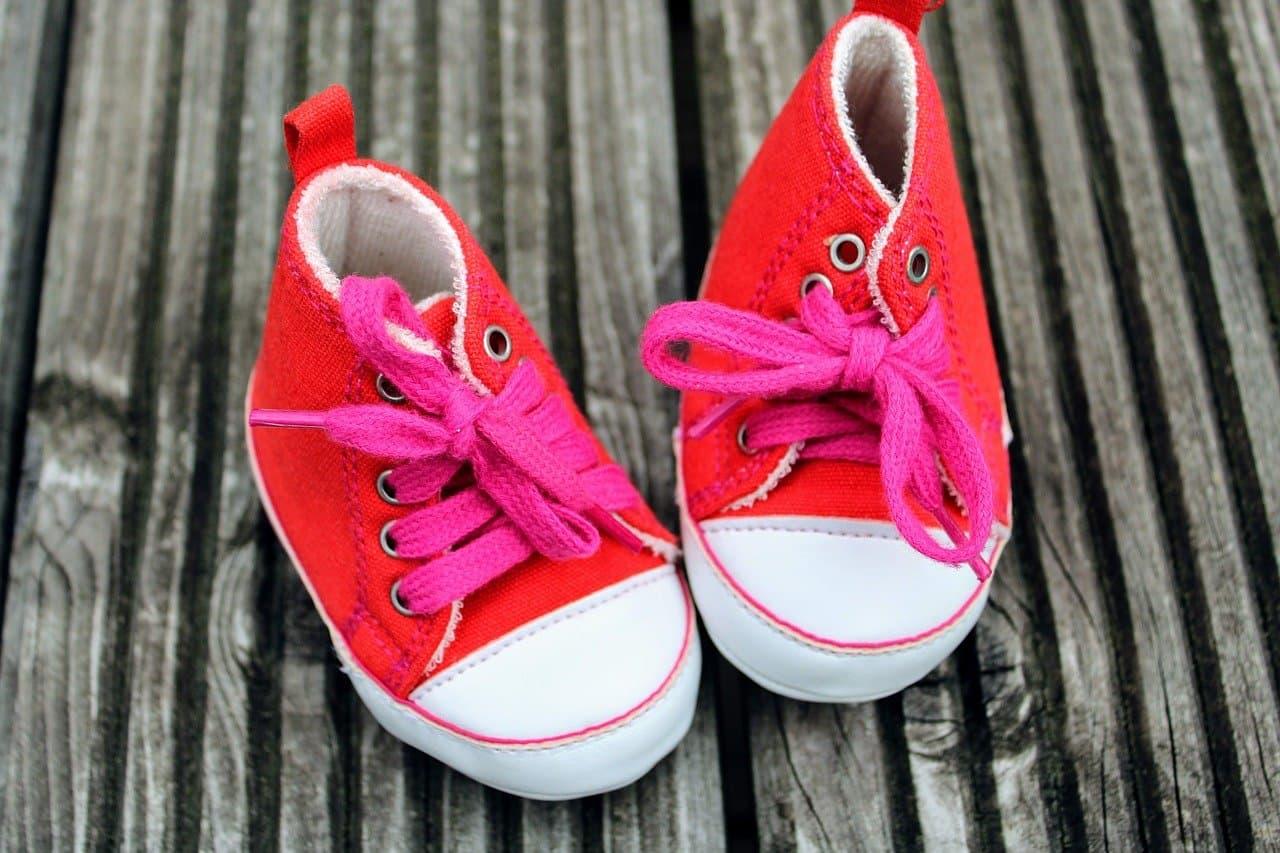 detske_červene_textilné_topánky_s_bielou_podrazkou