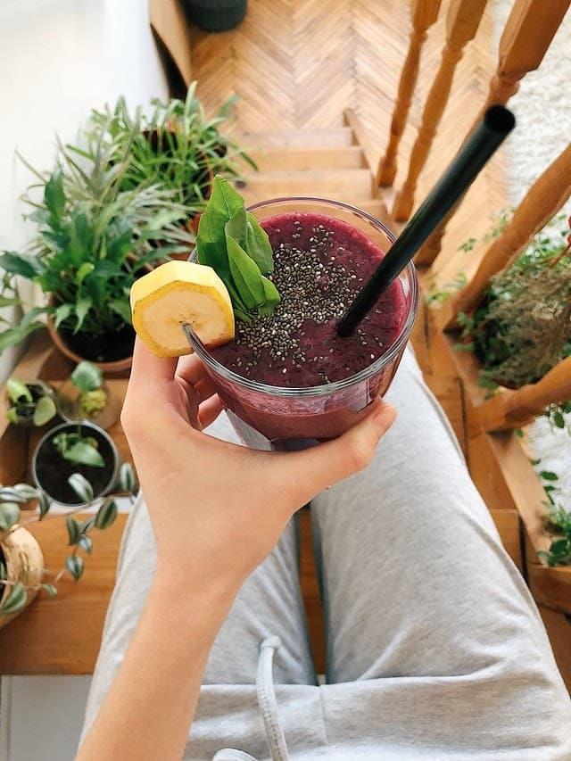 fialovy-smoothie-napoj-v-zenske-ruke-s-chia-semienkami