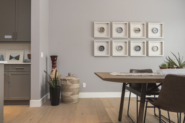 jednoizbovy-byt-tipy-ako-pouzit-doplnky-dekorecia-obrazky-na-stene-kvety-v-rohu-miestnosti