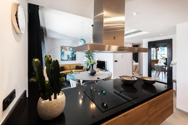 luxusna-moderna-kuchyna-prepojena-s-obyvackou-s-ostrovcekom-ostrovkovy-digestor