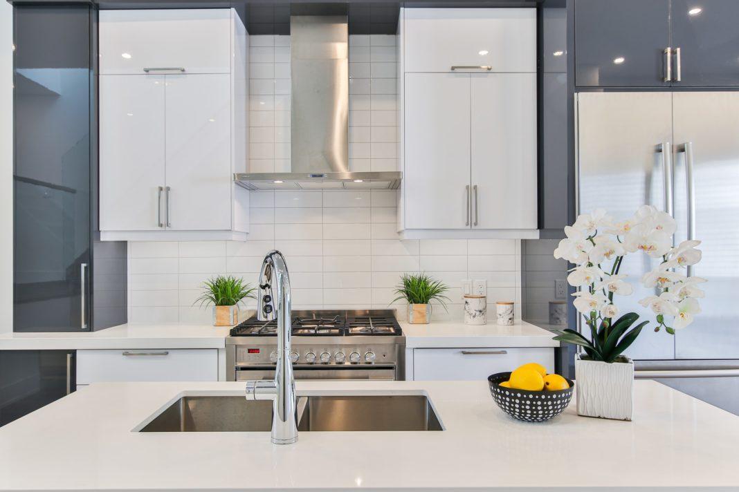 moderna-minimalisticka-biela-kuchynska-linka-s-digestorom-nad-varnou-doskou