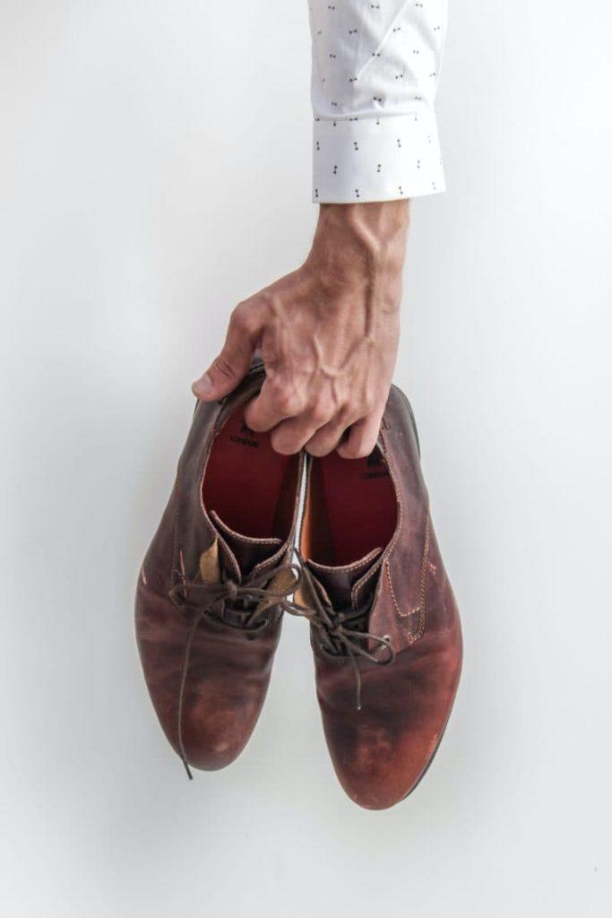panske-kozene-barefoot-topanky-v-ruke