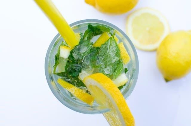 osviezujuca-limonada-s-citronom-matou-ladom