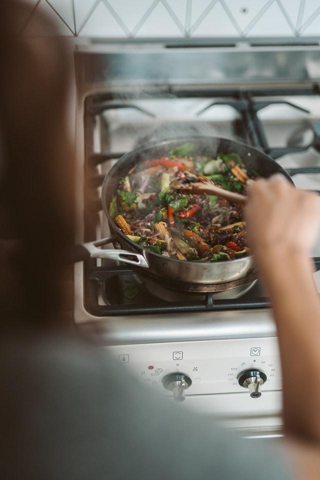 zelenina-v-panvici-varenie-para-zenska-ruka-varecha