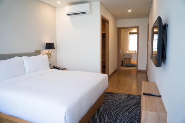 prepojeny-priestor-spalna-s-chodbou-postel-koberec-ulozne-priestory-tip-ako-zariadit-byt
