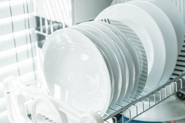 umývačka-riadu-s-cistymi-bielymi-taniermi