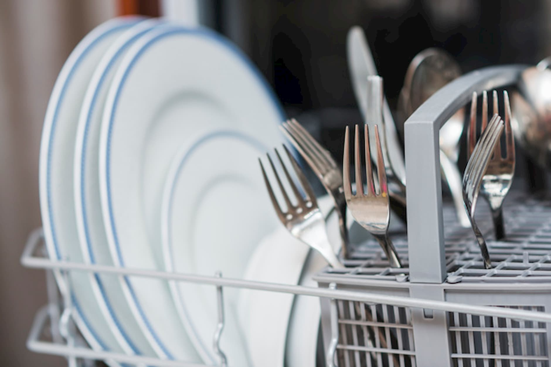 umývačka-riadu-taniere-príbory