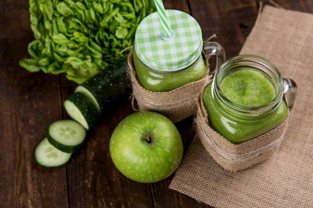 zelene-smoothie-zelene-jablka-uhorka-zeleny-salat