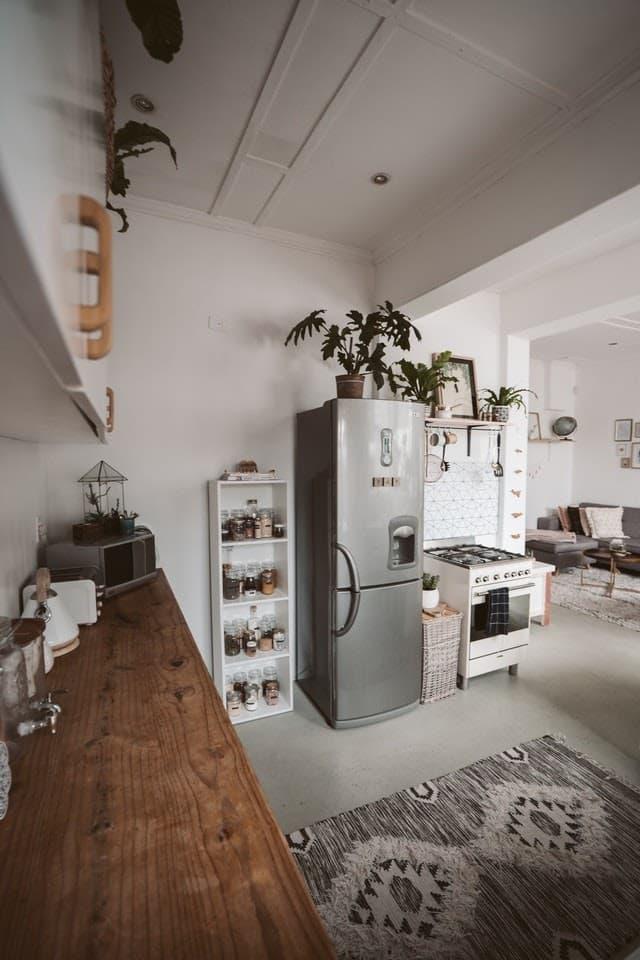kuchyna-zariadena-vo-vintage-style-s-uzkou-vysokou-chadnickou-v-nerezovom-prevedeni