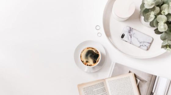 biely odkladaci stoliky s kvetom kávou a kihou