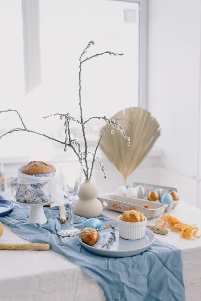 prestrety velkonocny stol s jarnymi dekoraciami