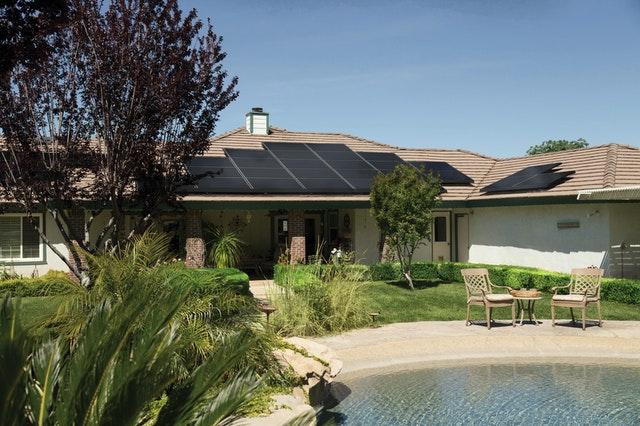 pultova strecha na dome so solarnymi panelmi