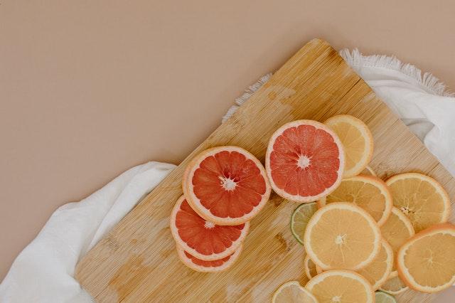 citrusy nakrajane na kolieska na drevenej podlozke